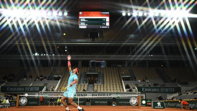 Rafael Nadal sous les lumières du court Philippe-Chatrier plongé dans la nuit (MARTIN BUREAU / AFP)