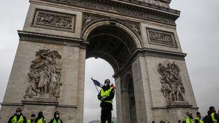 """Des """"gilets jaunes"""" manifestent devant l'Arc de triomphe, le 1er décembre 2018 à Paris. (GEOFFROY VAN DER HASSELT / AFP)"""