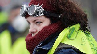 """Certains """"gilets jaunes"""" portaient des équipements pour faire face aux tirs de grenades lacrymogènes. (GEOFFROY VAN DER HASSELT / AFP)"""