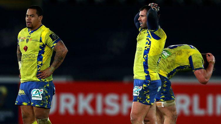 La déception des joueurs clermontois après leur défaite contre les Ospreys (GEOFF CADDICK / AFP)