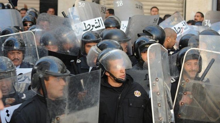 Membres des forces de l'ordre lors d'une manifestation à Tunis le 27 décembre 2010 (AFP - FETHI BELAID)