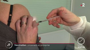 Une femme se faisant vacciner par son médecind du travail. (France 2)