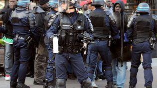 Des policiers évacuent des sans-papiers devant l'Opéra Bastille à Paris, le 3 juin 2010. (MIGUEL MEDINA / AFP)