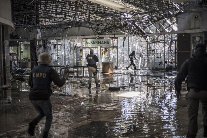 La police tire des balles en caoutchouc sur un homme suspecté de vol àVosloorus, près de Johannesbourg, en Afrique du sud, le 13 juillet 2021. (MARCO LONGARI / AFP)