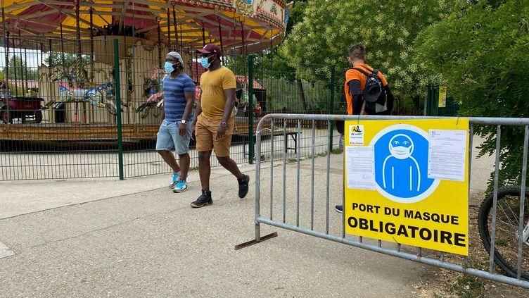 L'obligation du port du masque est indiqué dès l'entrée de l'île de loisirs de Cergy-Pontoise. (BORIS LOUMAGNE / FRANCEINFO / RADIOFRANCE)