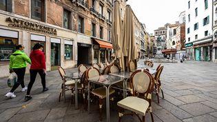 La terrasse fermée d'un caféà Venise en Italie,le 13 mai 2020 (photo d'illustration). (VINCENZO PINTO / AFP)
