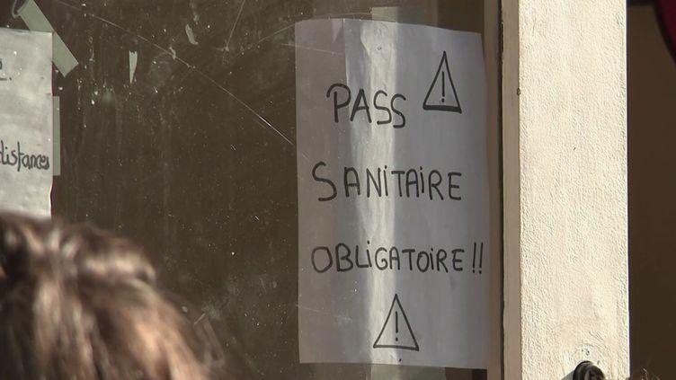 À partir de ce jeudi 30 septembre, le pass sanitaire devient aussi obligatoire pour les adolescents âgés de 12 à 17 ans. Cette nouvelle mesure fait la Une de nombreux quotidiens régionaux. Comment les gens se sont-ils organisés ? (FRANCE 3)