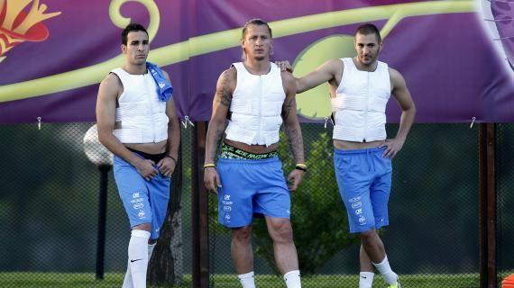 Adil Rami, Philippe Mexès, Karim Benzema et leurs cryo-vestes. (CHARLES PLATIAU / REUTERS)