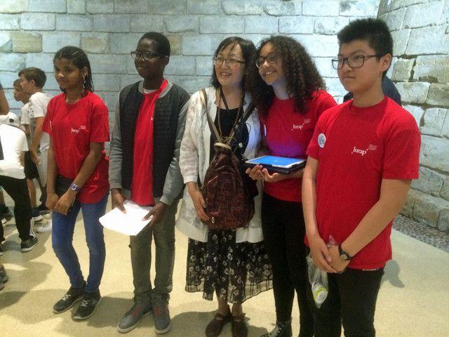 La visiteuse chinoise, entourée des archéo-ambassadeurs qui lui ont posé les questions du quiz sur le Moyen-Age  (France Télévisions - Laurent Ribadeau Dumas)
