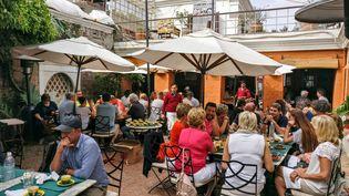 """La terrasse pleine du restaurant""""Chez Caroline"""" à Katmandou avant le Covid-19: """"Peut-être que je ne vais pas tirer un trait. Je suis comme tout le monde, dans l'expectative. Difficile de savoir ce qu'il va se passer dans deux mois"""" (Sengupta)"""