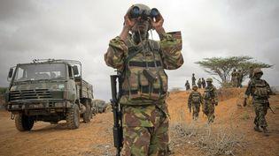 Officier du contingent kényan de la Mission de l'Union africaine en Somalie (Amisom). Photo prise le 2 octobre 2012 près de laville portuaire de Kismayo, capitale de la province somalienne du Jubaland. (STUART PRICE / AFP)