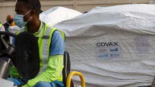 Une cargaison de vaccins anti Covid-19 livrée au Ghana dans le cadre du mécanisme Covax de l'OMS, mercredi 24 février 2021. (NIPAH DENNIS / AFP)