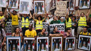 Des portraits d'Emmanuel Macron exhibés le 25 août 2019, lors d'une manifestation à Bayonne. (MARIE MAGNIN / HANS LUCAS / AFP)