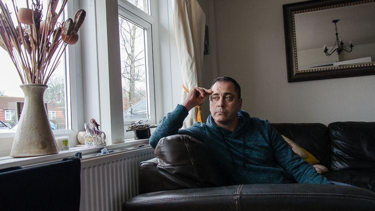 Rob Lawrie dans son salon, le 11 janvier 2016, à Guiseley, au nordde Leeds (Royaume-Uni). (YANN THOMPSON / FRANCETV INFO)