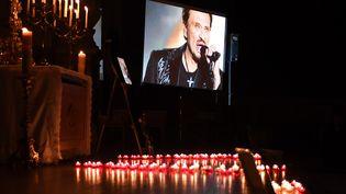 Un hommage populaire sera rendu à Johnny Hallyday, samedi 9 décembre sur les Champs-Elysées, comme cela a déjà été le cas jeudi à l'église Saint-Roch. (ERIC FEFERBERG / AFP)