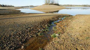 Un lac sensé être rempli d'eau est en partie vide. (Illustration). (MAXPPP)