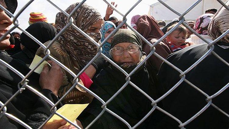Des civils syriens attendent d'être d'enregistrés à leur arrivée au camp de réfugiés d'al-Zaatri dans la ville jordanienne de Mafraq, le 6 Mars 2013. Zaatari, le plus grand camp de Jordanie, accueille 120.000 personnes. Il est totalement saturé comme les autres camps de Jordanie. Les réfugiés y vivent dans des tentes non-chauffées, alors que l'hiver a été très rigoureux et que le camp a subi des inondations. (REUTERS/Muhammad Hamed  )