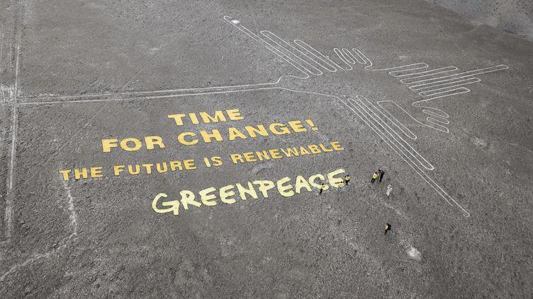 Le message déployé par Greenpeace à côté du colibri, un géoglyphe de Nazca, le 8 décembre 2014. (THOMAS REINECKE (TV NEWS) / GREENPEACE / AFP)