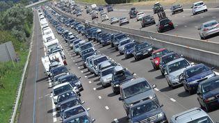 Circulation en accordéon sur l'autoroute A7, le 21 juillet 2012,après le péage autoroutier de Reventin au sud de Vienne (Isère). (HERVE COSTE / MAXPPP)