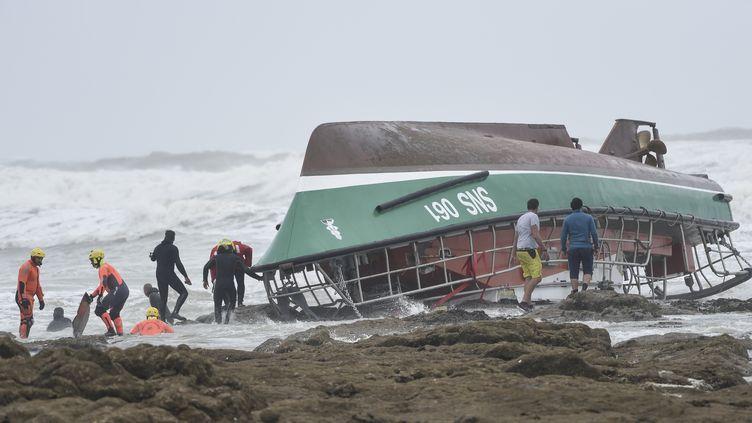 Des pompiers et secouristes s'affairent autour du bateau naufragé de la SNSM aux Sables-d'Olonnes, le 7 juin 2019. (SEBASTIEN SALOM-GOMIS / AFP)