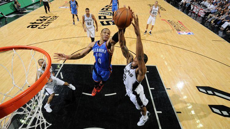 Kawhi Leonard (San Antonio Spurs) devance Russell Westbrook (Oklahoma City Thunder) (D. CLARKE EVANS / NBAE / GETTY IMAGES)