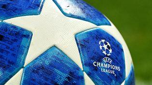 Le ballon officiel du match de Ligue des champions entre le PSG et Naples, le 24 octobre 2018. (FRANCK FIFE / AFP)