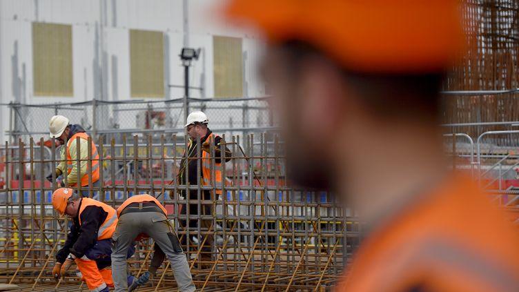Des travailleurs sur un chantier à Saint-Nazaire (Loire-Atlantique), le 10 janvier 2017. (LOIC VENANCE / AFP)