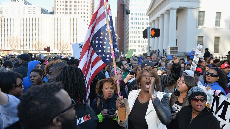 Des manifestants protestent contre les violences policières, le 19 janvier 2015 à Saint-Louis, dans le Missouri (Etats-Unis). (MICHAEL B. THOMAS / AFP)