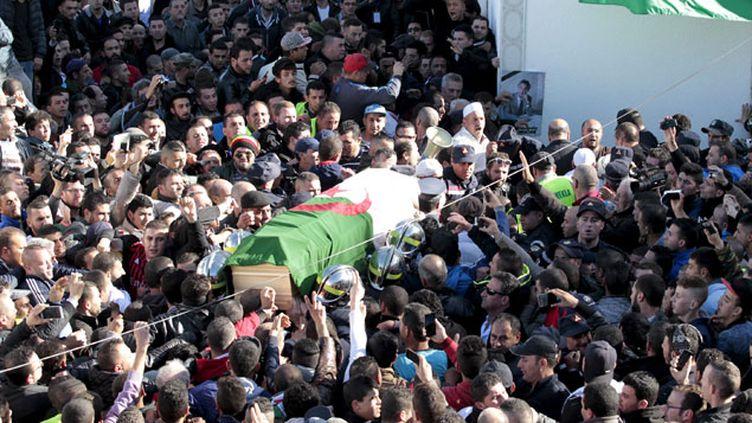 (Le cortège a été salué par des milliers de personnes en traversant Tizi-Ouzou, la principale ville de la région, à une soixantaine de km du lieu de l'enterrement ©  REUTERS/Ramzi Boudina)