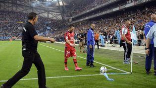 Le milieu de l'OL, Mathieu Valbuena, s'apprête à tirer un corner, dimanche 20 septembre 2015, au stade Vélodrome de Marseille (Bouches-du-Rhône). (FRANCK PENNANT / AFP)