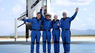 """Jeff Bezos et l'équipage de la fusée """"New Shepard"""", le 20 juillet 2021 à Van Horn (Etats-Unis). (JOE RAEDLE / GETTY IMAGES NORTH AMERICA / AFP)"""