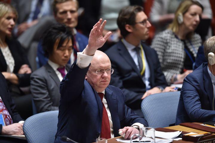 L'ambassadeur russe à l'ONU vote lors d'une réunion du Conseil de sécurité sur la Syrie, le 14 avril 2018, à New York (Etats-Unis). (HECTOR RETAMAL / AFP)