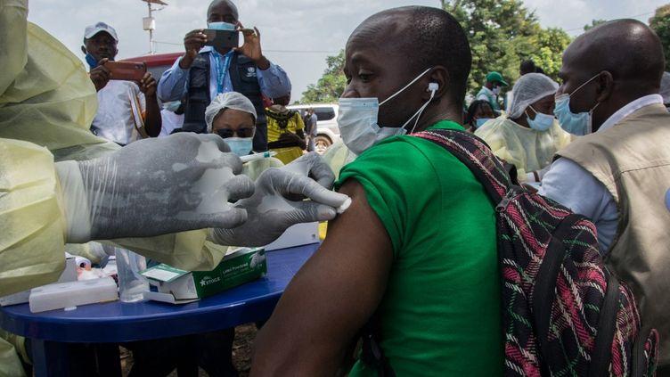 Un habitant de Gueckedou, en Guinée, reçoit une injection du vaccin anti-Ebola, le 23 février 2021. (CAROL VALADE / AFP)