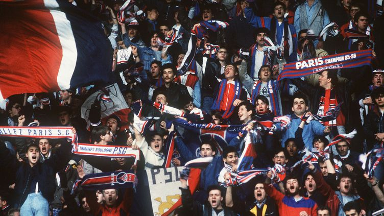 Folle ambiance au Parc des Princes en avril 1986, quelques semaines avant le premier sacre de champion de France. (PIERRE VERDY / AFP)