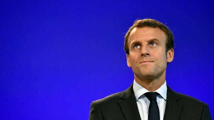 Emmanuel Macron après la passation de pouvoir avec Michel Sapin au ministère de l'Economie, à Bercy, le 31 août 2016. (PHILIPPE LOPEZ / AFP)