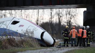 La rame d'essai d'un TGV qui a déraillé, le 14 novembre 2015, à Eckwersheim (Bas-Rhin). (FREDERICK FLORIN / AFP)