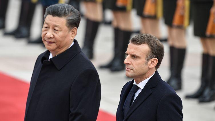 Emmanuel Macron, président français, avec son homologue chinois Xi Jinping, à Pékin (Chine) le 6 novembre 2019. (NICOLAS ASFOURI / AFP)
