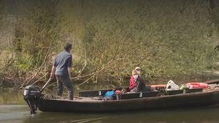 Certains habitants proches des marais de Saint-Omer (Pas-de-Calais) aimeraient davantage de quiétude dans leur lieu de vie. Ils ont ainsi demandé la pose de panneaux, pour limiter la vitesse de circulation des bateaux. (CAPTURE ECRAN FRANCE 3)