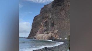 Samedi 14 novembre, sur une plage des Canaries, un pan de falaise s'est écroulé sur des camping-cars garés quelques dizaines de mètres plus loin. (CAPTURE ECRAN FRANCE 2)