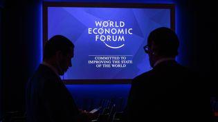Des organisateurs du Forum de Davos, en Suisse, le 21 janvier 2019. (FABRICE COFFRINI / AFP)