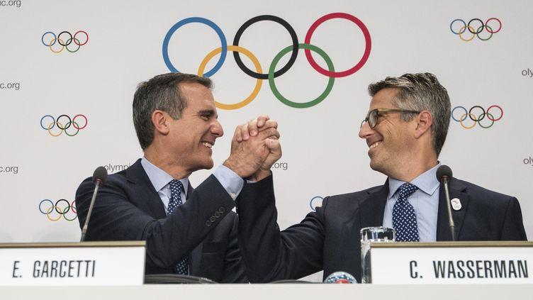 Le maire de Los Angeles Eric Garcetti et le président du comité de candidature de la ville, Casey Wasserman (SEBASTIEN BOZON / AFP)