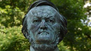 Le buste de Wagner qui accueille les spéctateurs à l'extérieur du Théâtre de Bayreuth  (Christof STACHE / AFP)