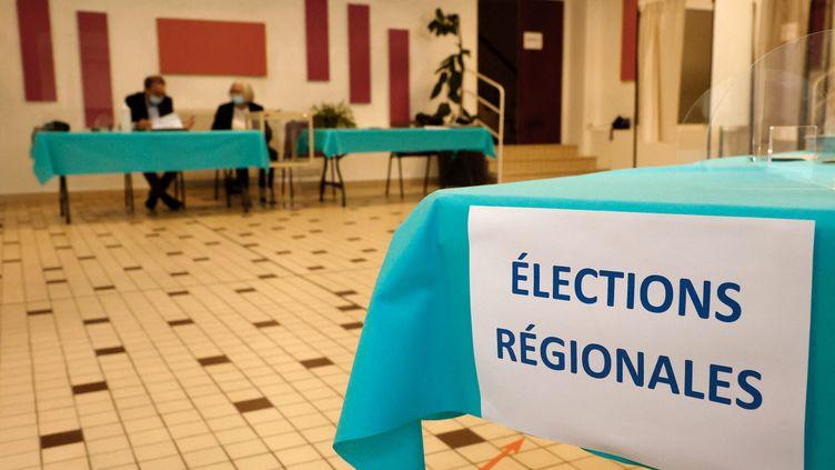 Un bureau de vote à Cucq (Pas-de-Calais) lors du premier tour des élections régionales et départementales, le 20 juin 2021 (LUDOVIC MARIN / AFP)