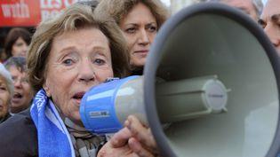 """Le féminisme n'était pas le seul combat de Benoîte Groult. Elle s'exprimait ici lors d'un rassemblement pour la """"première journée mondiale"""" pour la légalisationde l'euthanasie, le 2 novembre 2008, jour des morts, sur le parvis des Droits de l'homme à Paris.  (BORIS HORVAT / AFP)"""