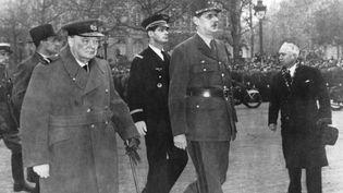 Le Général de Gaulle et Winston Churchill sur les Champs Elysée pour les cérémonies de l'Armistice le 11 novembre 1944  (AFP / photos 12.com)