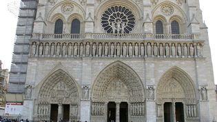 Notre-Dame, rendue au culte depui 1802 : ici la cathédrale au lendemain de la mort de de Jean-Paul II le 3 avril 2005. (JOEL ROBINE / AFP)