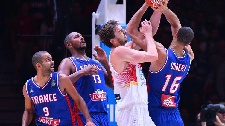 Tony Parker, Boris Diaw et Rudy Gobert à la lutte avec Pau Gasol, lors de France-Espagne, en demi-finale de l'Eurobasket 2015, à Lille (Nord). (MUSTAFA YALCIN / ANADOLU AGENCY / AFP)