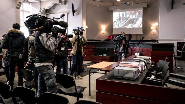 Des journalistestournent des images avant l'ouverture du procès de Nordahl Lelandais pour le meurtre d'Arthur Noyer devant les assises de la Savoie, à Chambéry, le 3 mai 2021. (JEFF PACHOUD / AFP)
