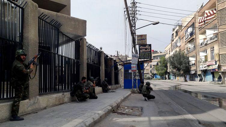 Les forces de Bachar Al-Assad prennent position dans le bastion rebelle d'Harasta, près de Damas en Syrie, le 31 octobre 2012. ( SANA / AFP)