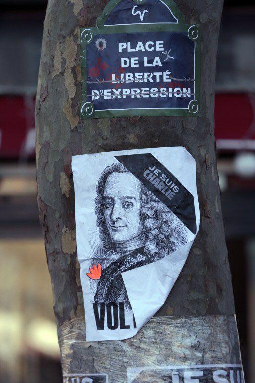 Affiche reproduisant une gravure d'un portrait de voltaire plaquée sur un arbre lors de la manifestation à Paris du 11 février, suite aux attentats parisiens, ayant notamment visé la rédaction de Charlie Hebdo  (JOEL SAGET / AFP)